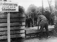 Soldados constróem o Muro de Berlim a mando das autoridades da Alemanha Oriental, em 1961   Foto: Getty Images