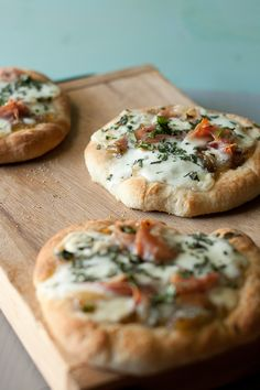 fun app. for a night in with friends! {mini pizzas with prosciutto, fontina & caramelized onions.}