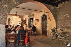 Un buon bicchiere di vino in una osteria di Verona