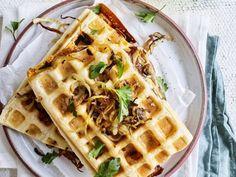 Wafelcroque met varkensgebraad en gebakken ui - Libelle Lekker Maak je croque eens extra feestelijk! Waffles, Brunch, Breakfast, Food, Morning Coffee, Essen, Waffle, Meals, Yemek