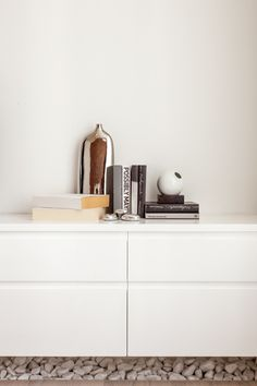 curated-bookcase...I like the stones below...#homestaging #homestagingmuc