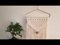 Makramee Wandbehang Teil 1 * DIY * Macrame Wall hanging [eng sub] Macrame Wall Hanging Diy, Macrame Plant Hangers, Macrame Cord, Macrame Bag, Nudo Simple, Half Hitch Knot, Macrame Projects, Weaving, Tapestry