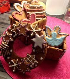 Kotitekoiset ja tunteella leivotut teokset ovat mielestäni parhaita lahjaideoita jouluun! Kuvassa kaksi piparintäyteistä pärekoria ja jouluaiheinen piparikranssi. Piparintuoksuista joulun odotusta kaikille<3 - by Petra -- Piparkakku, Joulu, Gingerbread, Christmas