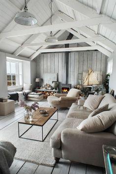 Também claro e amplo, este ambiente preferiu uma lareira à lenha de estilo industrial, de tom metálico, para aquecer o espaço.
