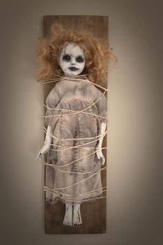 Halloween Prop, Creepy Doll Halloween, Casa Halloween, Creepy Halloween Decorations, Creepy Baby Dolls, Halloween Horror, Halloween Crafts, Halloween Halloween, Haunted Dolls