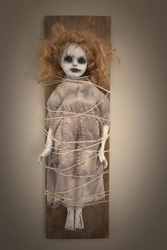 Creepy Doll Halloween, Creepy Baby Dolls, Casa Halloween, Creepy Halloween Decorations, Halloween Horror, Halloween Crafts, Halloween Halloween, Haunted Dolls, Halloween Disfraces