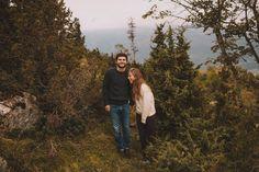 Fou rire pour cette photo de couple dans les montagnes des pyrénées. Séance engagement, love session.