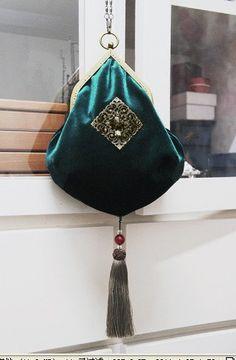 Triangle Purse Frame Bag Frames Steampunk by Handmade Handbags, Vintage Handbags, Handmade Bags, Fabric Purses, Fabric Bags, Sac D'art, Sacs Design, Potli Bags, Frame Purse