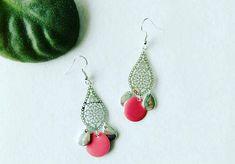 Boucles d'oreilles pendantes argentées, breloques argentées, sequin rond émaillé rouge ou bleu / bijou femme / goutte / larme / idée cadeau