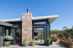 Granny flat design: A chic new build in outer Sydney - The Interiors Addict House Roof, Facade House, House Facades, Farm House, Flat Roof House Designs, Studios Architecture, House Architecture, Residential Architecture, Recycled Brick