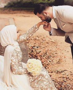 4656 Likes 9 Comments Hijab Fashion Inspiration ( Hijabi Wedding, Muslim Wedding Dresses, Muslim Brides, Muslim Wedding Photos, Wedding Couple Poses Photography, Photography Poses, Cute Muslim Couples, Cute Couples, Muslim Beauty