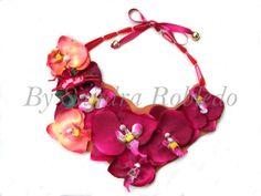 Collar babero orquídeas e insecto esmaltado, trasera en piel.  62€ . 84$