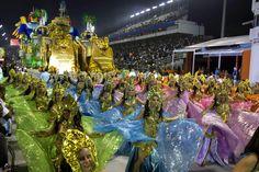 """Integrantes de la escuela de samba del Grupo Especial """"Imperio da Casa Verde"""" en el segundo día de desfiles del carnaval brasileño en el sambódromo Anhembí, de Sao Paulo (Brasil). (EFE/VANGUARDIA LIBERAL)"""
