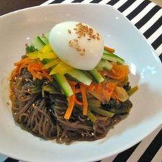 ビビン麺:甘辛韓国冷麺 Ethnic Recipes, Food, Essen, Meals, Yemek, Eten