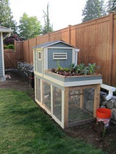 Wow, that chicken coop takes up significantly less space than I had imagined. Wonder how many chickens it fits, and what the city ordinances are Chicken Coop Designs, Small Chicken Coops, Easy Chicken Coop, Chicken Home, Backyard Chicken Coops, Chickens Backyard, Moveable Chicken Coop, Urban Chicken Coop, Backyard Poultry