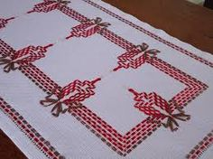 Resultado de imagem para trilho de mesa bordado em vagonite Swedish Embroidery, Towel Embroidery, Ribbon Embroidery, Embroidery Stitches, Hand Embroidery Design Patterns, Types Of Embroidery, Free Swedish Weaving Patterns, Monks Cloth, Ribbon Art