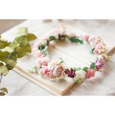 ... ブーケとお揃いの花冠 ころころふわふわ可愛らしい形のお花をメインに甘過ぎないピンクのグラデーションでおつくりしました♡  #wedding#ウェディング#花冠#ナチュラル#ブライダル#結婚式#花飾り#ヘアアクセサリー