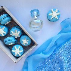 Дорогие мои! Поздравляю каждую из вас с Новым годом Желаю вам исполнения мечт, ежедневного вдохновения, побольше красивых вещей в вашей жизни и прекрасного настроения  ➡️Чем планируете заниматься в праздничные дни?  #новыйгод #нг #вдохновение #голубой #думаяотебе #снежинки #макаруны #макарони #духи #красота #мэрикэй #marykay #thinkingofyou #newyear #potd #likes #followme #a_saeva