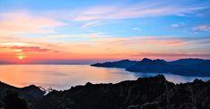 Il faut privilégier la Haute Corse et son littoral pour trouver un emplacement en bord de mer. Plus calme et moins chère, la Costa Verde donne l'impression d'être en basse saison en plein été. Elle convient donc mieux aux familles.