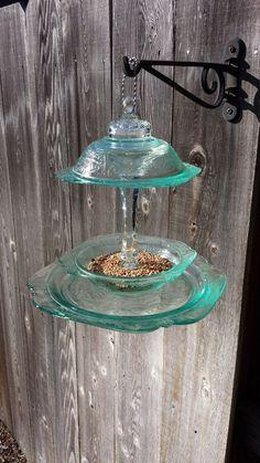 Upcycle glass dishes to bird feeder Flower Plates, Glass Flowers, Glass Birds, Flowers Garden, Bath Flowers, Hanging Bird Feeders, Diy Bird Feeder, Glass Garden Art, Glass Art