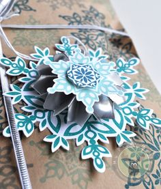 Beautiful snowflake gift wrap and gift tag you can make yourself! Great Christmas project using the Festive Flurry set from Stampin' Up!