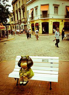 Escultura de Mafalda sentada en un banco de plaza by mewd, via Flickr