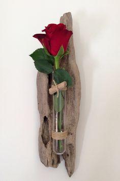 Soliflore en bois flotté par l& de Corinne. Sur mon site : www. Driftwood Jewelry, Driftwood Projects, Driftwood Sculpture, Driftwood Art, Deco Floral, Arte Floral, Sea Crafts, Diy And Crafts, Deco Nature