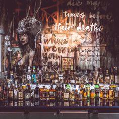 Die Bar im Frankfurter Club Chinaski bietet nicht nur Drinks sondern auch einen spannenden Hintergrund an. Mehr Fotos bei roomido.com