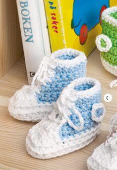 Heklede basketsko eller sneakers ala Converse må vel være blant de morsomme tingene man kan lage og gi bort? Disse supersøte eksemplarene finner du gratis oppskrift til her. Baby Shoes, Kids, Clothes, Sneakers, Young Children, Outfits, Tennis, Boys, Clothing