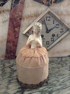 Demi figurine ancienne french 1920's 1930's porcelaine boudoir compact powder marquise Marie-Antoinette par SweeetTagada sur Etsy https://www.etsy.com/fr/listing/219958251/demi-figurine-ancienne-french-1920s
