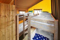 De kinder slaapkamer in een FarmCamps safartent. Met 2 of 1 stapelbedden erin.