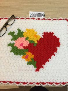 This Pin was discovered by eme Crochet Potholder Patterns, Crochet Mat, Crochet Squares, Baby Knitting Patterns, Free Crochet, Rugs And Mats, Crochet Kitchen, Crochet Videos, Beading Tutorials