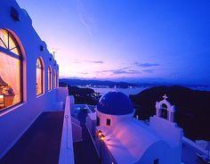 高知県に「あの」エーゲ海の島に行った気分になれちゃうホテルがあると話題に。それはギリシャでも人気の観光地となっているサントリーニ島の雰囲気を再現したホテル「ヴィラ・サントリーニ」。高知県にあるこのホテルは、クオリティの高さと日本離れした雰囲気で、今観光客に人気のスポットとなっています。宿泊しなくても、ディナーやランチだけの利用もできるんだとか。 Santorini, Greece, Fair Grounds, Amazing, Travel, Greece Country, Viajes, Trips, Traveling