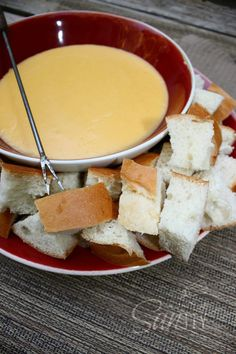 Cheese Fondue (TRY THIS!) recipe cube margine or butter cup (plus 2 Tablespoons) flour 2 cups milk lb Swiss cheese, shredded lb Cheddar cheese, shredded 1 teaspoon Worchestier sauce 1 tablespoon lemon juice teaspoon garlic powder Salt and pepper Christmas Appetizers, Best Appetizers, Appetizer Dips, Appetizer Recipes, Heavy Appetizers, Delicious Appetizers, Savory Snacks, Fondue Recipes, Cooking Recipes