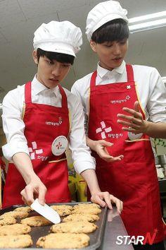 Kaisoo baking cookies<3<3