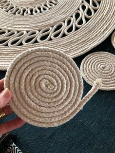 DIY Rope Rug To complete my Coastal/Boho look out on the deck, I wanted to make a rug! I'd been looking for a natural/creamy coloured rug but couldn't find one I liked! Stencil Rug, Cute Diy, Rope Rug, Scrap Material, Rope Crafts, Floor Cloth, Circular Pattern, Funky Junk, Rug Making
