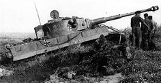 October 1943 near Znamenka (Kirovograd Oblast, Ukraine). Two Tiger from Panzer-Abteilung 503 are towing Tiger Nr. 332 which was severely stuck in the mud during a quiet period on the front-line. Tiger Ii, Ferdinand Porsche, Mg 34, Stuck In The Mud, Military Armor, Tiger Tank, Military Pictures, Ww2 Pictures, Armored Fighting Vehicle