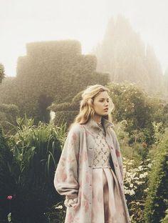 Dieser Mantel mit Riesenärmeln ist einfach märchenhaft. MIt so einem Teil fühlt man sich garantiert wie eine Prinzessin! Flower Pattern Coat and Princess Dress