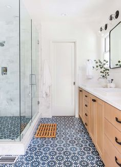 18 Ways to Incorporate Color Trends Into Your All-White Bathroom Ginny Macdonald – Farbtrends im Badezimmer Bathroom Floor Tiles, Bathroom Colors, Bathroom Ideas, Bathroom Spa, Bathroom Mirrors, Shower Tiles, Bathroom Cabinets, Bathroom Designs, Master Bathroom