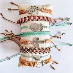 Hippie Bracelets, Beach Bracelets, Summer Bracelets, Cute Bracelets, Friendship Bracelets Designs, Bracelet Designs, Bracelet Patterns, Bracelet Crafts, Bracelet Set