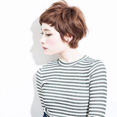 そろそろイメーイチェンジをしたいなと考えているあなたへ、クール派にも、ナチュラル派にも、大人女子にも、手軽におしゃれになれる髪型が、ぱっつん前髪のショートです。ショートとパッツン前髪はどちらも、親しみやすさや人懐っこさを演出するのに最適な髪型なので、ぱっつんショートでモテ髪になれるかも?今回は、テイスト別にスタイルを10個ご紹介します。 Shorter Hair, Short Hair Styles, Hair Cuts, Turtle Neck, Fashion, Bob Styles, Haircuts, Moda, La Mode