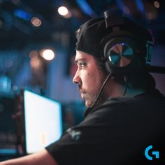 Ouvir cada tiro, passos e não deixando nada escapar… Quer ter aquela partida perfeita?  PRO HEADSET te ajuda a jogar como um pro player! Marketing Digital, Headset, Fictional Characters, Pith Perfect, Social Networks, Headphones, Headpieces, Hockey Helmet, Ear Phones