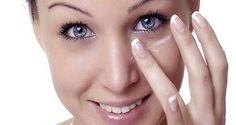 Cette -femme-a-appliqué-du-bicarbonate-de-soude-sous-les-yeux