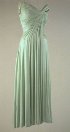 Ephemeral Elegance Draped Chiffon Evening Dress, 1962 Designed by Oleg Cassini Worn by Jacqueline Kennedy to a White House Dinner honoring Nobel Prize Recipients via The Met Vintage Outfits, Vintage Gowns, Vintage Mode, Vintage Clothing, Jackie Kennedy, 1960s Fashion, Vintage Fashion, Timeless Fashion, Beautiful Gowns