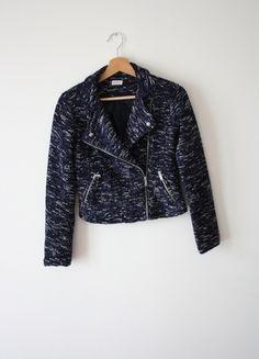 À vendre :  http://www.vinted.fr/mode-femmes/autres-manteaux-and-vestes/24397362-veste-bleu-en-maille-pimkie
