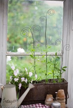 Garden Art Trellis - Upcycle old wire coat hangers or leftover wire from other p. Garden Art Trellis – Upcycle old wire coat hangers or leftover wire from other projects into mini Indoor Garden, Indoor Plants, Outdoor Gardens, Herb Garden, Box Garden, Potted Plants, Garden Crafts, Garden Projects, Garden Ideas