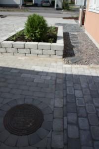 Bender Labyrint Antik harmaa kokokivi sekä muurikivi. Siististi ja ammattitaidolla leikatut  kaivonympärykset.