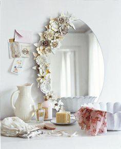 Zrcadlo, zrcadlo .... kdo je na světě nejkrásnější? Co říkáte tomu krásnému květinovému dekoru? Já říkám jednoznačně ano:-)  – vo Foto: Marieclaireidees.com.