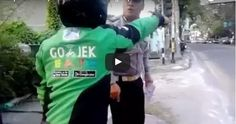 #HeyUnik  Ogah Ditilang, Sopir Gojek Nyaris Duel Dengan Polisi #Video #YangUnikEmangAsyik