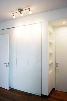 non solo per le pareti! Closet Bedroom, Bedroom Decor, Tall Cabinet Storage, Locker Storage, Furniture Dressing Table, Casa Milano, Niche Design, Diy Barn Door Hardware, Linen Cupboard
